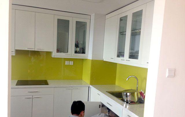 Mẫu kính ốp bếp màu vàng chanh thi công tại quận tân bình