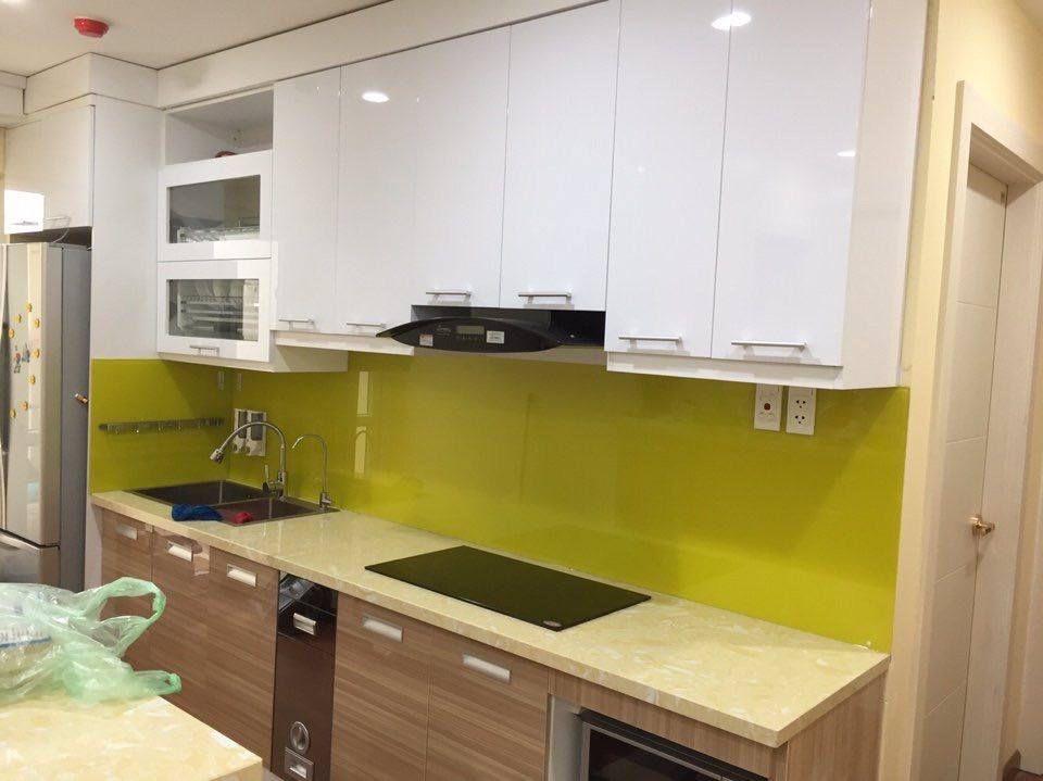 Kết hợp tủ bếp màu trắng và kính bếp màu vàng chanh