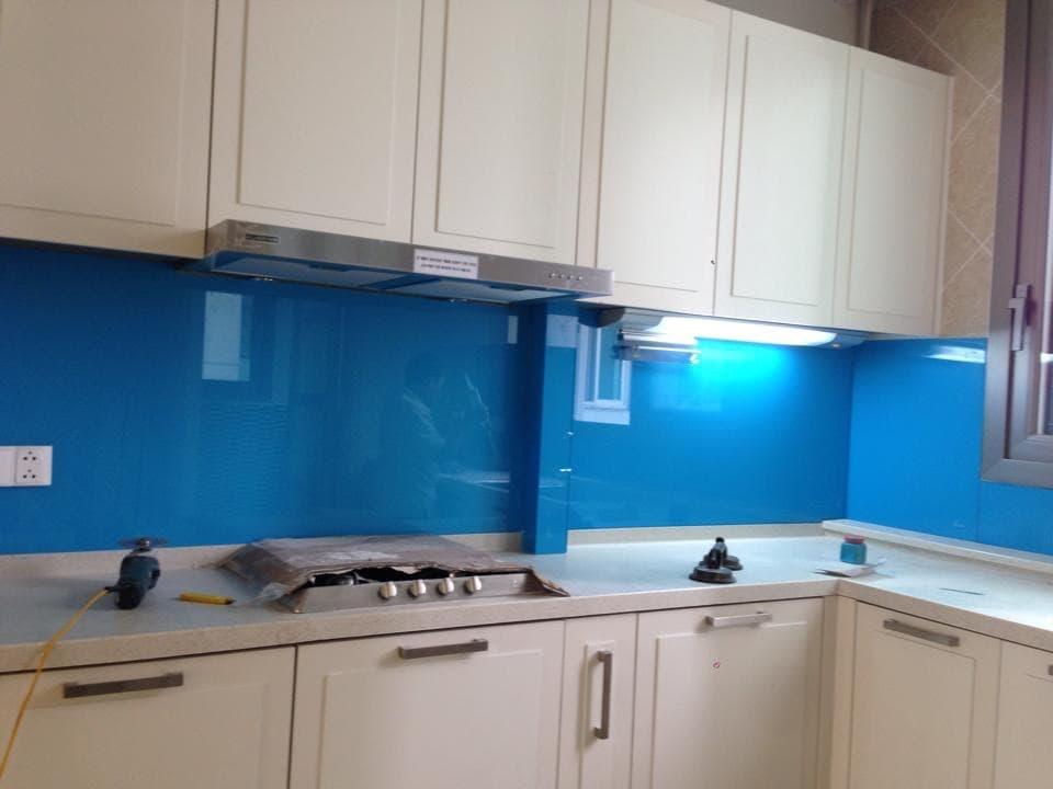 Kính ốp bếp màu xanh dương đẹp tại quận 7
