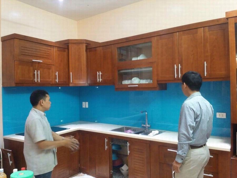 Khách hàng yêu thích kính màu ốp bếp màu xanh dương