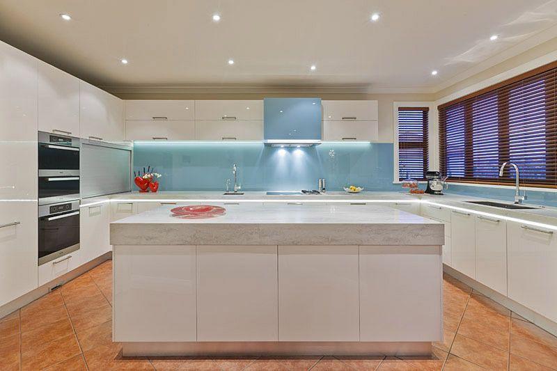 Mẫu kính ốp bếp màu xanh ngọc tại quận 7