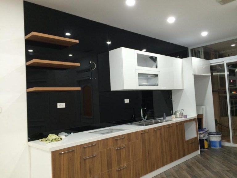 Kính ốp bếp màu đen kim sa