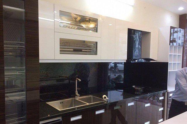 kính ốp bếp màu đen ánh kim