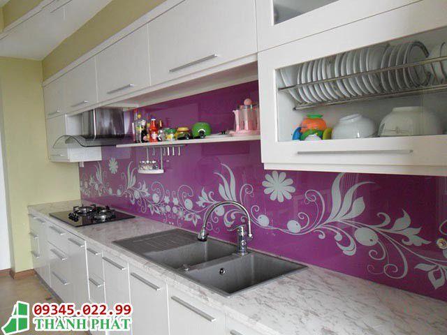 Mẫu kính ốp bếp màu tím kèm theo họa tiết đẹp
