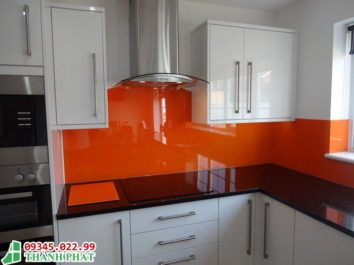 Thi công kính sơn màu vàng cam cho bếp tại quận phú nhuận