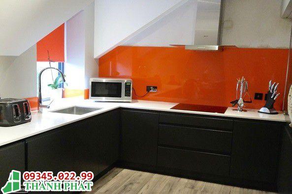 mẫu kính màu ốp bếp đẹp cho nhà bạn