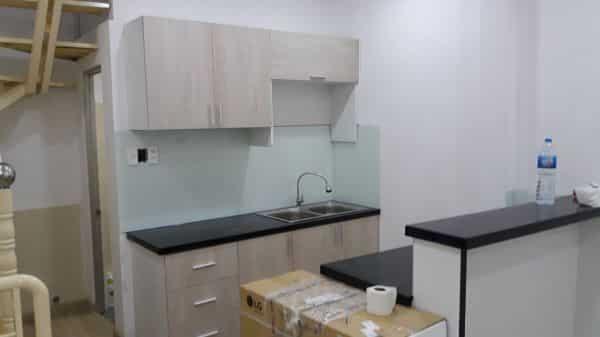 Kính màu ốp bếp trắng xanh