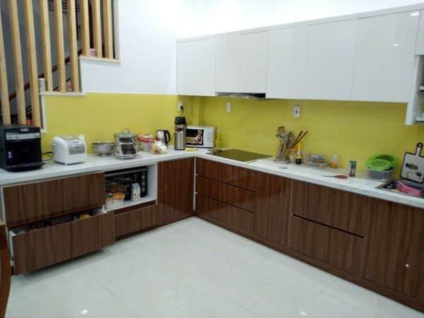 Kính màu ốp bếp màu vàng nhạt