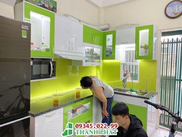 kính bếp màu vàng xanh