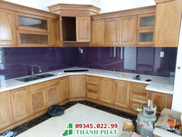 Kính ốp bếp màu tím đặc trưng