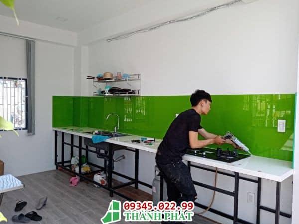 kính màu ốp bếp màu xanh lá cây