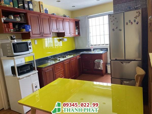 thi công kính bếp màu vàng tươi