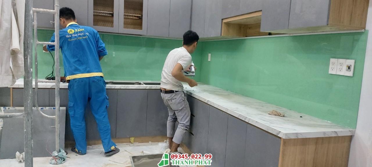 thi công kính bếp